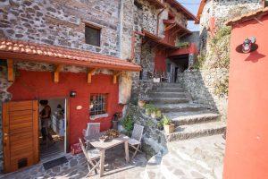 Um das Haus herum befinden sich mehrere Terrassen auf verschiedenen Ebenen.